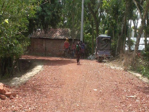 বেনাপোল পৌরসভার নামাজগ্রাম-সাদিপুর সংযোগ সড়কের নিম্নমানের খোয়া